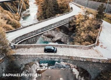 BMW i3 in Wimmis - Drohnenbild mit Simme im Hintergrund