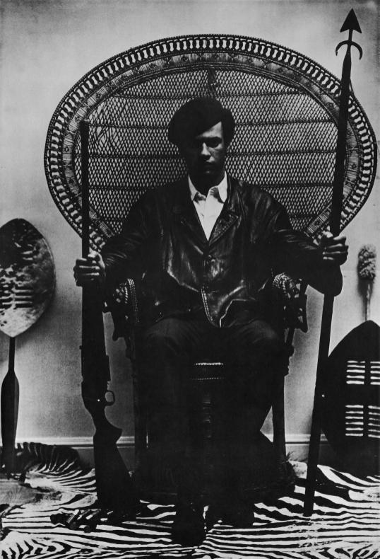 A clássica foto de Huey P. Newton foi usada como principal referência para o pôster do filme Pantera Negra.