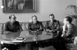 Zentralbild II. Weltkrieg 1939-45 Reichsminister Dr. Josef Goebbels empfängt am 28.2.1945 in Berlin den Kollaborateur General Wlassow und seinen Chef des Propagandastabes Generalleutnant Schilenkow zu einer Besprechung. [2.v.r. SS-Oberführer Kroeger]