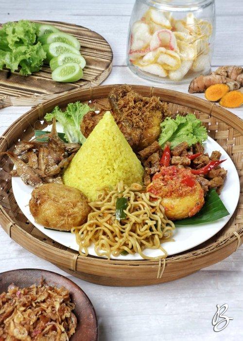 nasi kuning komplit sederhana