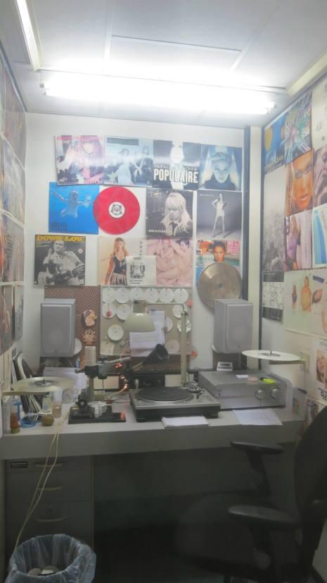 Kontrol rummet hvor kittelmænd sidder og kvalitetstester pladerne.