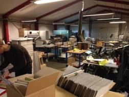 Vi var sgu også lige forbi en fed pap-fabrik i Herlev for at håndlave nogle kuverter til at sende pladerne ud i!