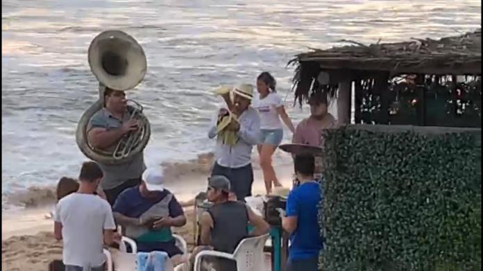 Ya suena la banda en balnearios de Mazatlán; turistas se divierten con la  música regional – Reporteros Asociados