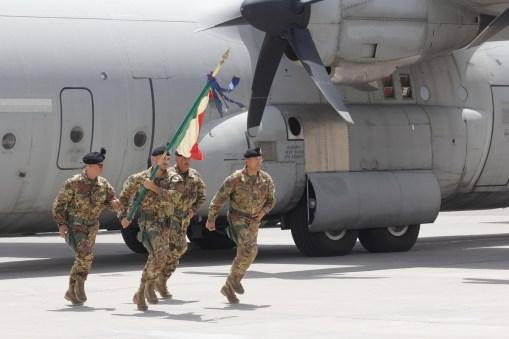 01. la bandiera del 6° bersaglieri appena scesa dal velivolo C-130