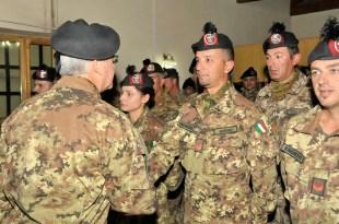 2. Il generale Pellegrino saluta i bersaglieri prima del rientro in Italia