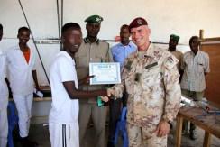 il Col Mencaraglia consegna il diploma ad un detenuto