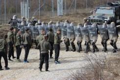 Militari italiani in azione antisommossa