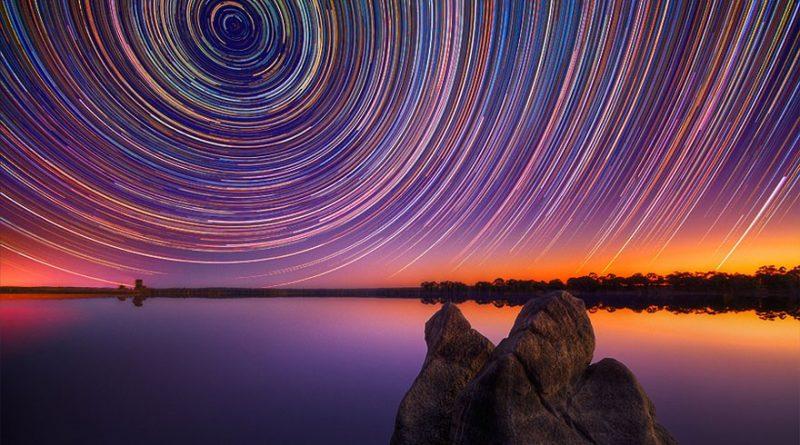 Uzun pozlama ile elde edilmiş bir yıldızizi fotoğrafı. Köşelere doğru çembersel şeklin bozulması, tamamen optik olaylardan kaynaklanmaktadır.