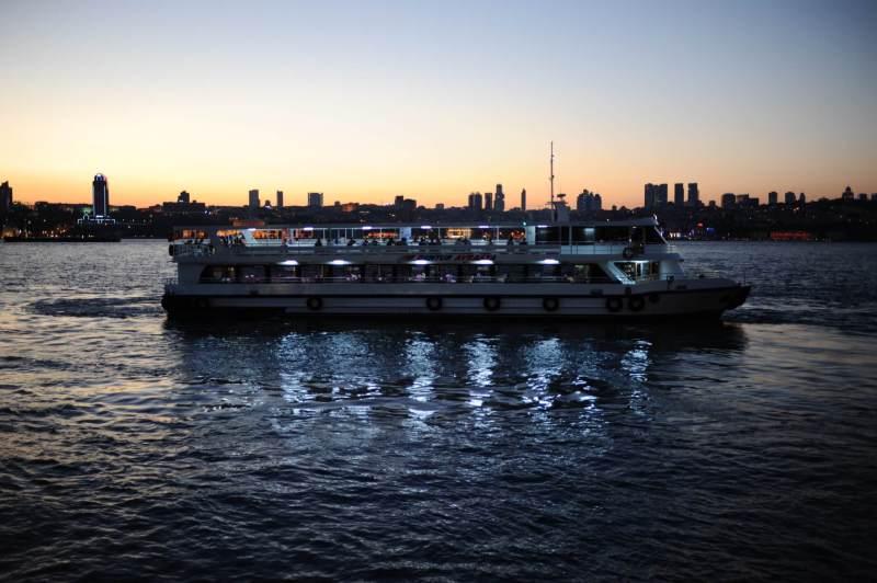 Ein Boot auf dem Bosporus abends