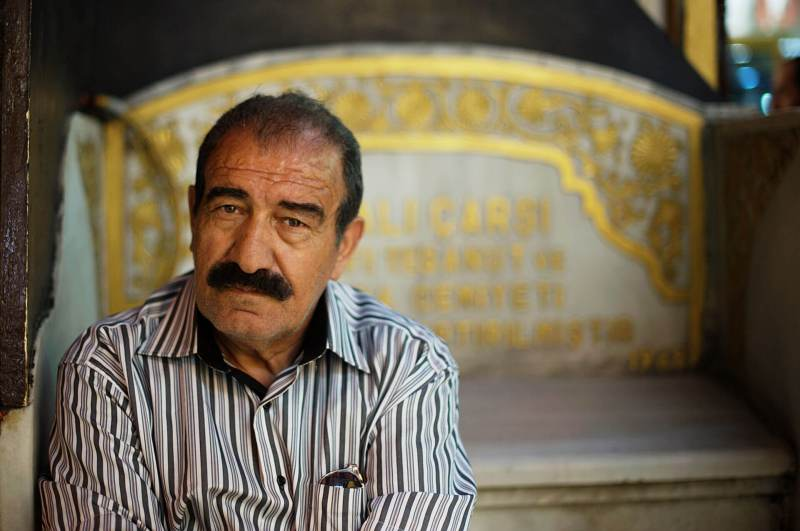 Ein alter Mann im Bazaar in Istanbul
