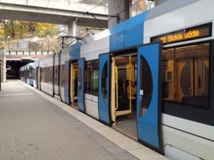 Modernin raitiovaunun ja pysäkin välillä ei ole korkeussuunnassa pykälää.