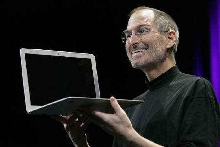 MacBook Airを発表するスティーブ・ジョブズ最高経営責任者(CEO):ロイター