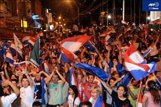 パラグアイの首都アスンシオンでルゴ候補の勝利を祝う支持者ら(AFP)