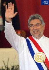 パラグアイ首都アスンシオンで行われた就任式のあと観衆に手を振るフェルナンド・ルゴ新大統領(2008年8月15日撮影、AFPBB News)