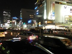 新宿駅新南口駅前から見た甲州街道