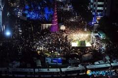 大学授業料の半額引き下げを要求する学生たち(10日夜、ソウル・清渓広場)