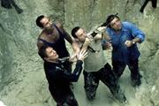 泥でぬかるむ穴の底に閉じ込められた4人の運命は?