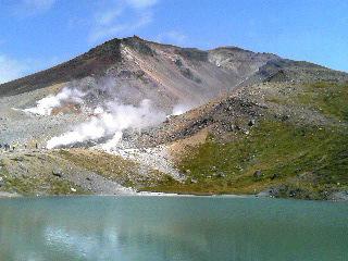 姿見の池から旭岳を眺める