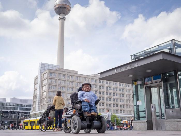 In Berlin ist Raul Krauthausen zu Hause, dank der Einträge bei seiner wheelmap entdeckt auch er immer wieder neue barrierefreie Cafés oder Orte in der Hauptstadt. (Foto: Andi Weiland)