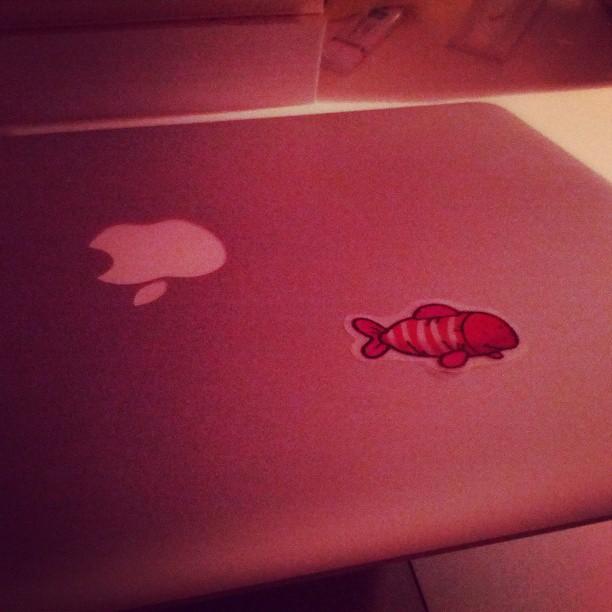 Me da en la nariz que alguien ha estado decorando mi portátil :/