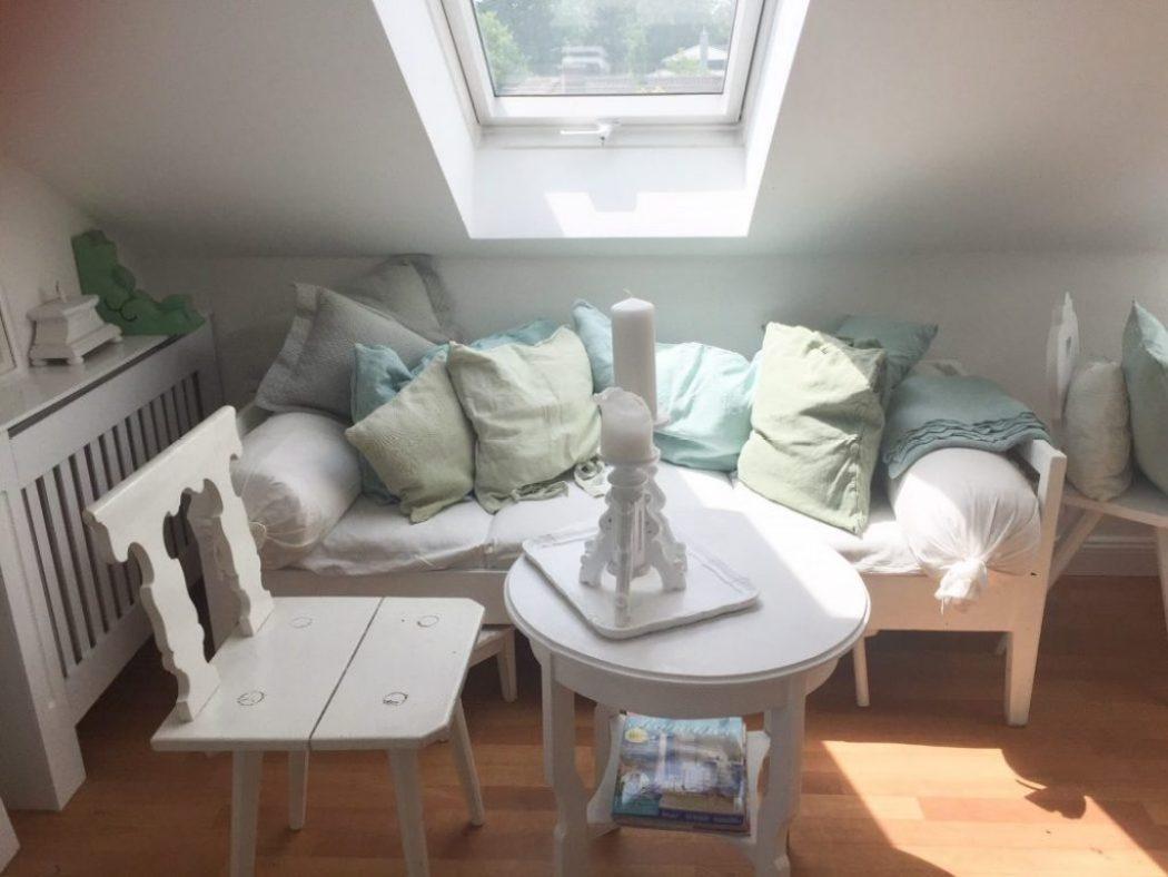 schöner wohnen, altes sofa unter dachschräge