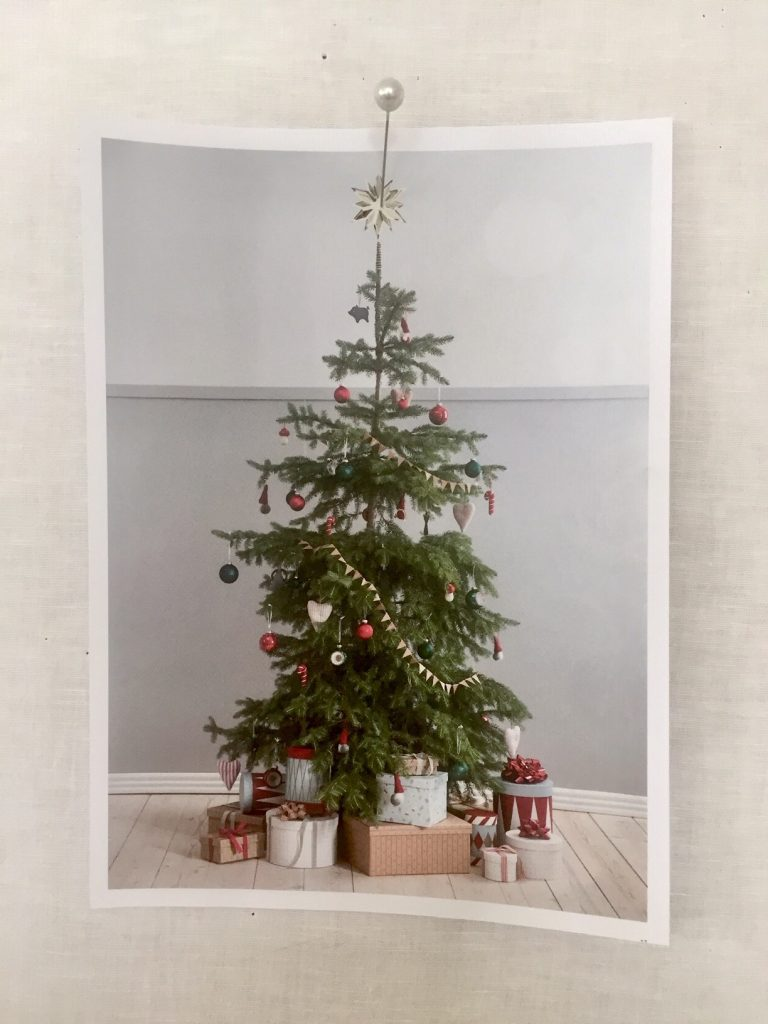 Nikolaus und weihnachtsplaetzchen unterm Tannenbaum