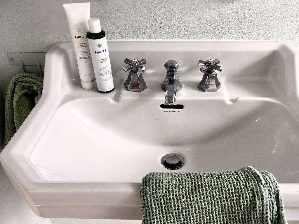 Mutter Erde freut sich wenn wir von allem nur die hälfte benutzen. zum Beispiel beim Shampoo
