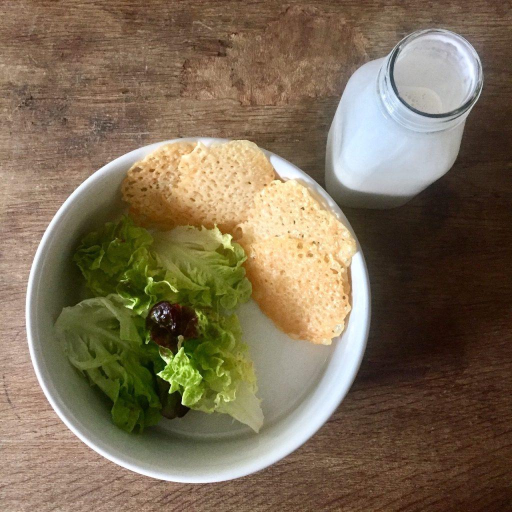 snack mit parmesan und salat
