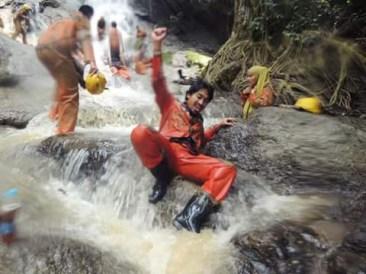 Membersihkan di sungai setelah bergerilya di Goa Buniayu, Sukabumi, Jawa Barat.