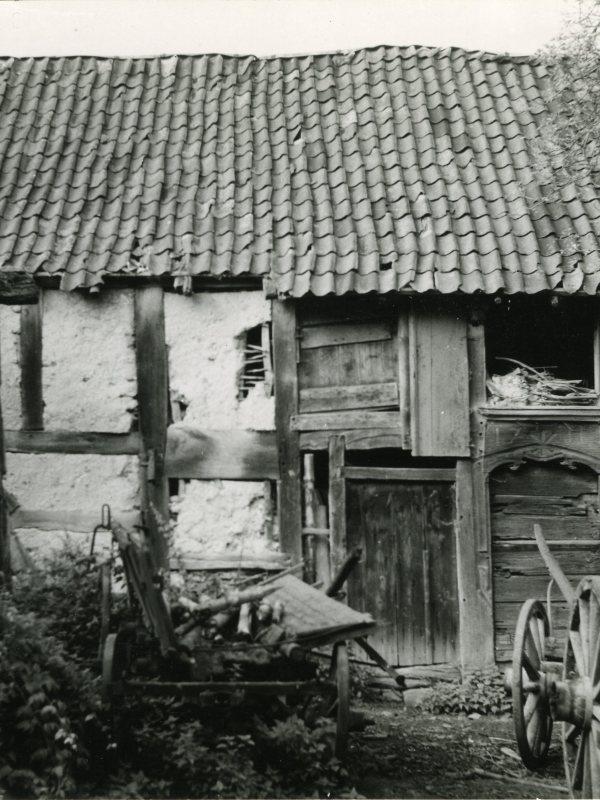 Schwarz-weiß Foto eines alten, etwas verfallenen Fachwerkhauses
