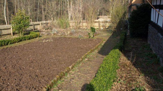 frisch gepflügter, noch unbepflanzter Garten