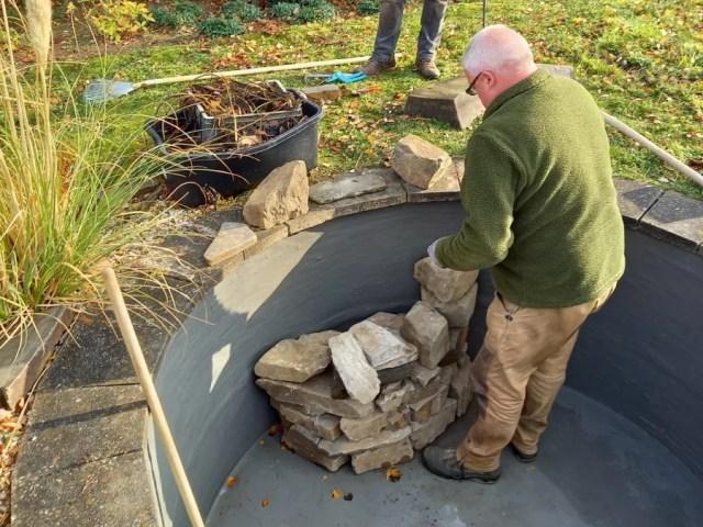 Arbeiten am leergepumpten Teich