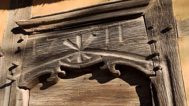 Türsturz mit eingeschnitzter Jahreszahl 1711