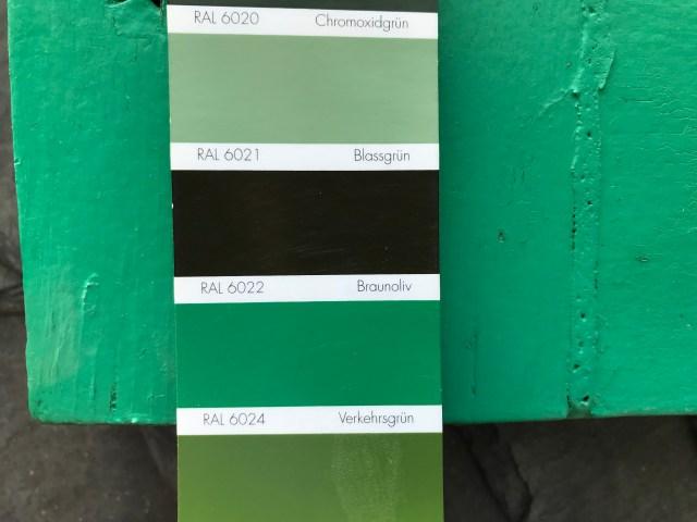 Farbpalette mit den verschiedenen Grün-Tönen, die an der Hausfassade vorkommen