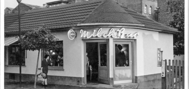 Schwarz-weiß-Foto der Milchbar am Standort in Brühl