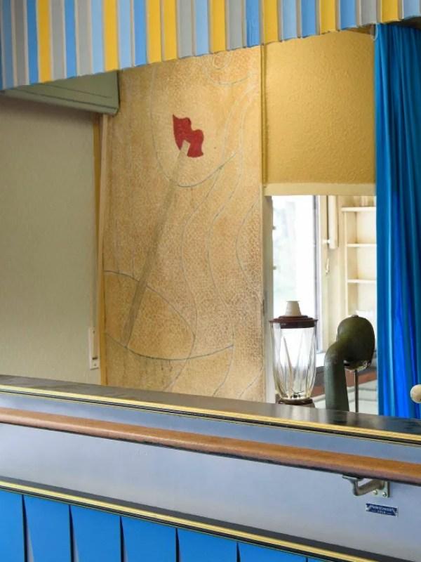 Wandgemälde mit einer Frau, die aus einem Glas mit Strohhalm trinkt