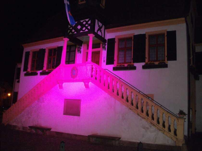 Das Alte Rathaus in Deidesheim Rosa angeleuchtet
