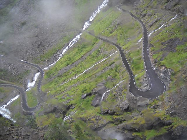 Passstraße zum Trollstigen mit Wasserfall