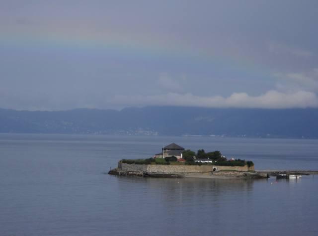 Insel Munkholmen vor Trondheim mit Regenbogen