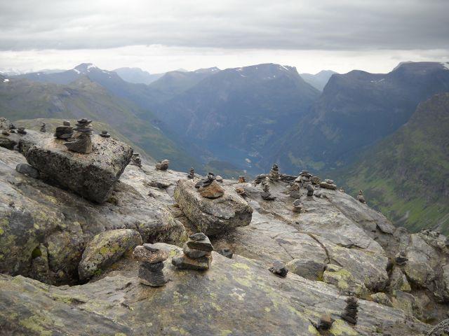 Steinhäufchen und Geirangerfjord