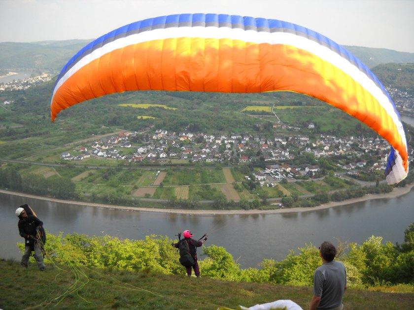 Gleitschirmflieger über dem Rhein