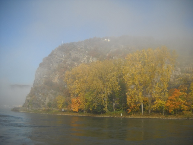 Der Loreleyfelsen im Herbstnebel.