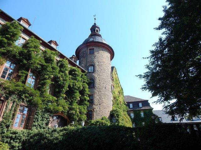 Schlossturm mit Rankenmauer