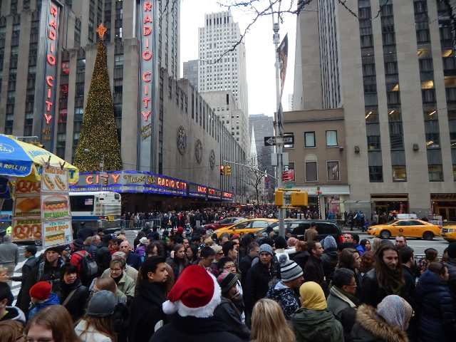 Die Massen vor der Radio City Music Hall New York