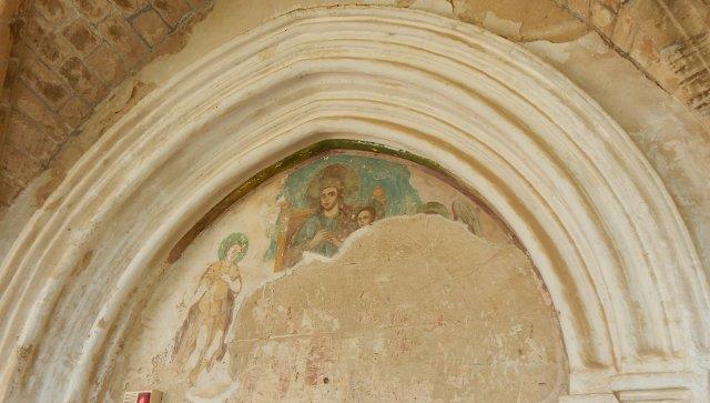 Freskenreste über dem Eingang der Klosterkirche Bellpais