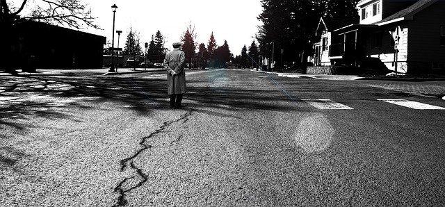Einsamer Mann auf der Straße