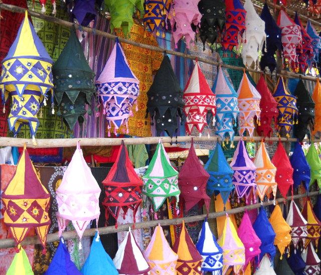 Bunte Stofflampen auf dem Hippiemarkt in Goa
