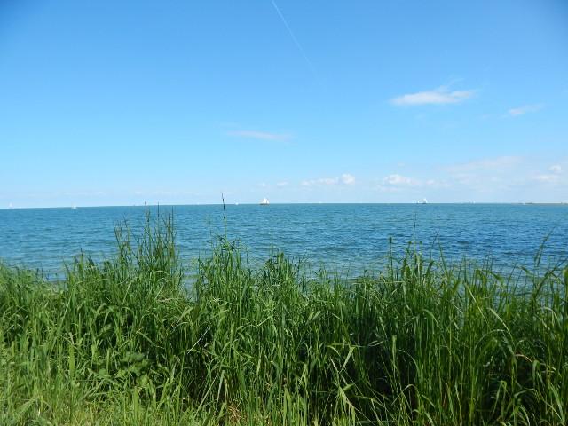 Blick auf das Ijsselmeer in Volendam Holland.