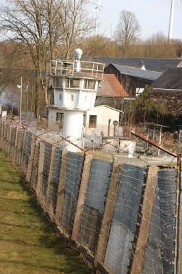 Ehemaliger Grenzzaun zwischen der DDR und der BRD mit Wachturm.