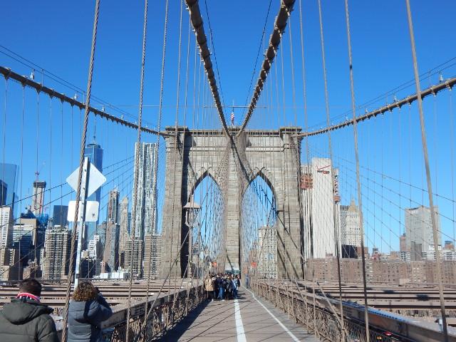 Die Brooklyn Bridge eignet sich zum Spazieren und Fahrradfahren.
